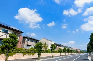ソーラーパネルを設置した住宅街と青空の写真素材 [FYI02356972]