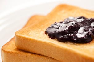 ブルーベリージャムののったトーストの写真素材 [FYI02356974]