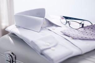 アルミのトランクとワイシャツ、ネクタイ、メガネの写真素材 [FYI02356979]