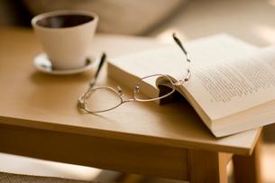 コーヒーカップとメガネの写真素材 [FYI02356995]