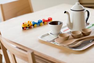 テーブルとティーカップの写真素材 [FYI02357005]