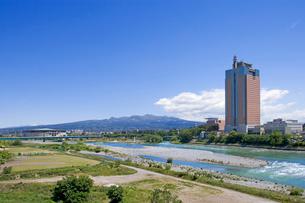 赤城山と群馬県庁、利根川、グリーンドームの写真素材 [FYI02357014]