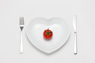 ナイフとフォークとハートの皿の写真素材 [FYI02357035]