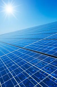 太陽とソーラーパネルの写真素材 [FYI02357091]