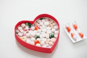 ハートの容器に入った錠剤の写真素材 [FYI02357124]