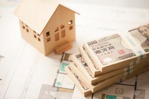 間取り図、ミニチュアの家と札束の写真素材 [FYI02357233]