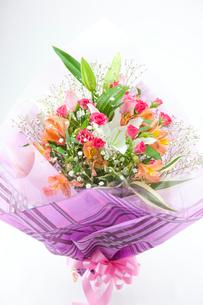 バラとカサブランカの花束の写真素材 [FYI02357235]