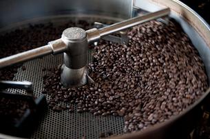 コーヒー焙煎の写真素材 [FYI02357240]