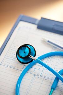 診療記録と聴診器の写真素材 [FYI02357266]