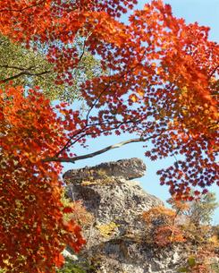 紅葉の妙義山大砲岩の写真素材 [FYI02357289]