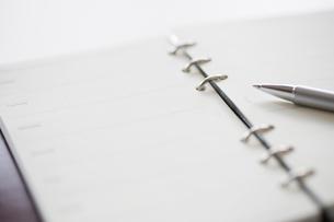 手帳とボールペンの写真素材 [FYI02357365]
