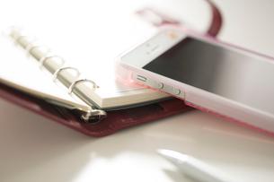 スマートフォンと手帳の写真素材 [FYI02357384]