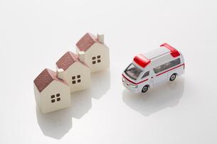 ミニチュアの家と救急車の写真素材 [FYI02357385]