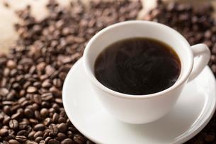 コーヒー豆とコーヒーの写真素材 [FYI02357418]