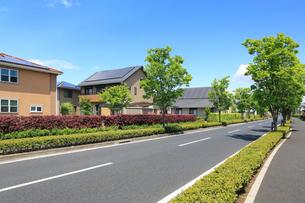 ソーラーパネルを設置した住宅街と青空の写真素材 [FYI02357423]