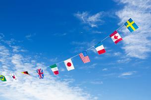 青空の万国旗の写真素材 [FYI02357440]
