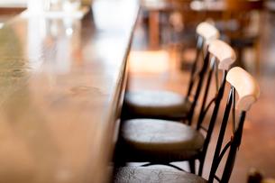 カフェーのカウンターと椅子の写真素材 [FYI02357457]