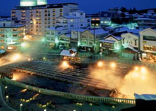 冬の草津温泉湯畑のライトアップの写真素材 [FYI02357497]