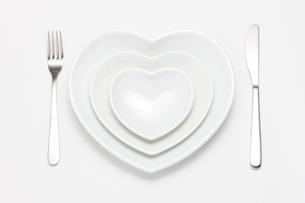 ナイフとフォークとハートの皿の写真素材 [FYI02357564]