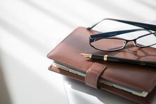 手帳と万年筆、メガネの写真素材 [FYI02357589]