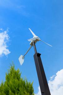 青空と風力発電機の写真素材 [FYI02357627]