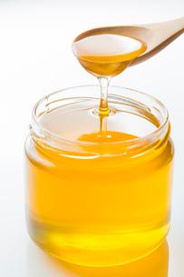 瓶に入ったハチミツの写真素材 [FYI02357629]