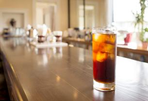 カフェーのカウンターとアイスコーヒーの写真素材 [FYI02357703]