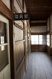 木造校舎の職員室のプレートの写真素材 [FYI02357773]