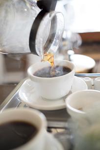 コーヒーをいれるの写真素材 [FYI02357793]