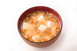 豆腐となめこの味噌汁の写真素材 [FYI02357806]