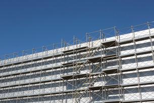 工事中の建物の足場の写真素材 [FYI02357835]