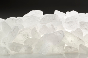 黒バックの氷砂糖の写真素材 [FYI02358006]