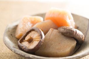 椎茸とこんにゃくの煮物の写真素材 [FYI02358062]