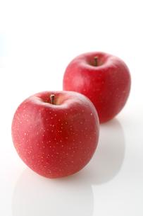 白バックの二個のリンゴの写真素材 [FYI02358069]