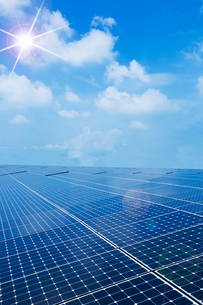 ソーラーパネルと太陽の写真素材 [FYI02358125]