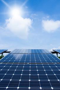 ソーラーパネルと太陽の写真素材 [FYI02358139]