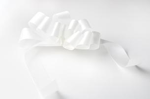 白バックの白いリボンの写真素材 [FYI02358180]