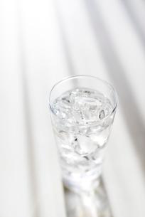 グラスに入った氷と水の写真素材 [FYI02358252]