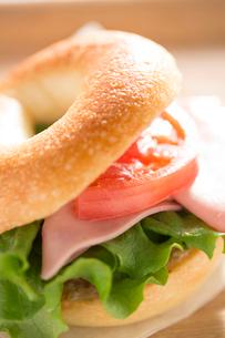 ベーグルのハムのサンドイッチとサラダの写真素材 [FYI02358324]