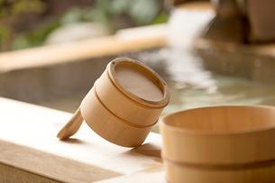 風呂桶のある露天風呂と湯口の写真素材 [FYI02358335]