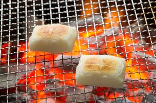 炭で焼いた餅の写真素材 [FYI02358346]