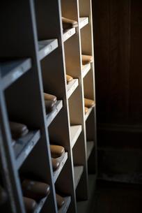 木造校舎の下駄箱の写真素材 [FYI02358358]