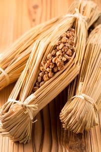 わらで包まれた納豆の写真素材 [FYI02358387]