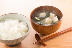 ご飯と豆腐、わかめのみそ汁の写真素材 [FYI02358550]