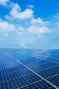 ソーラーパネルと青空の写真素材 [FYI02358560]