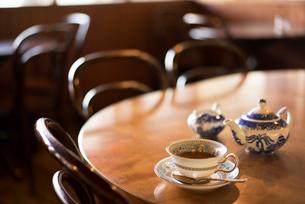 カフェーテーブルの上の紅茶の写真素材 [FYI02358597]