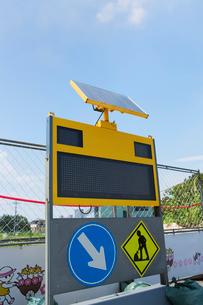 ソーラー付きの工事看板の写真素材 [FYI02358651]