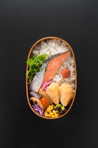 黒バックの鮭弁当の写真素材 [FYI02358699]