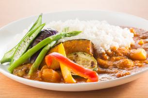 夏野菜カレーの写真素材 [FYI02358811]