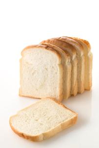 白バックの食パンの写真素材 [FYI02358836]